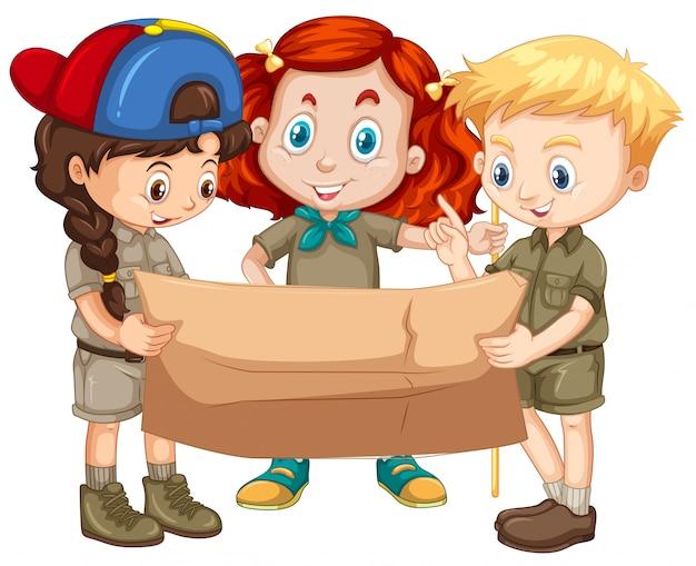 Tre bambini guardando la mappa Vettore gratuito