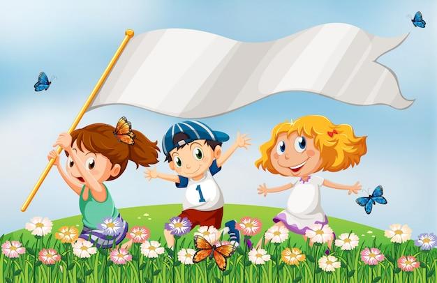 Tre bambini in cima alla collina che corrono con uno stendardo vuoto Vettore gratuito