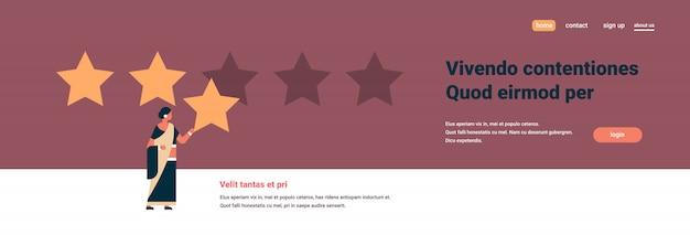 Tre stelle valutazione donna indiana dando banner di feedback Vettore Premium