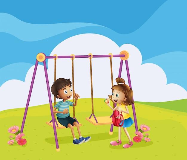 Un ragazzo e una ragazza al parco giochi Vettore gratuito