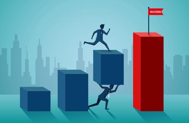 Uomini d'affari che lavorano insieme per spingere l'organizzazione verso l'obiettivo del successo Vettore Premium