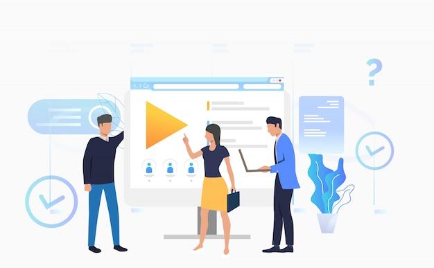 Uomini d'affari e imprenditrice parlando al desktop Vettore gratuito