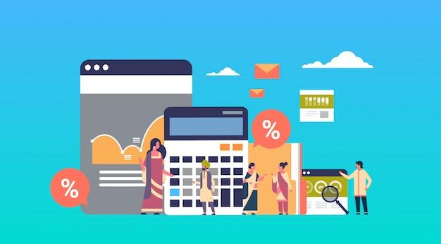 Uomini d'affari indiani grafico calcolatrice analisi delle finanze lavorando insieme banner di brainstorming Vettore Premium