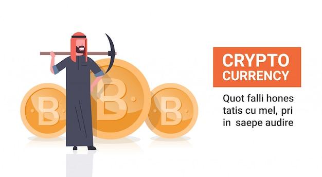 Uomo arabo di concetto di estrazione mineraria della criptovalvola con il piccone sopra la moneta dorata di bitcoin isolata Vettore Premium