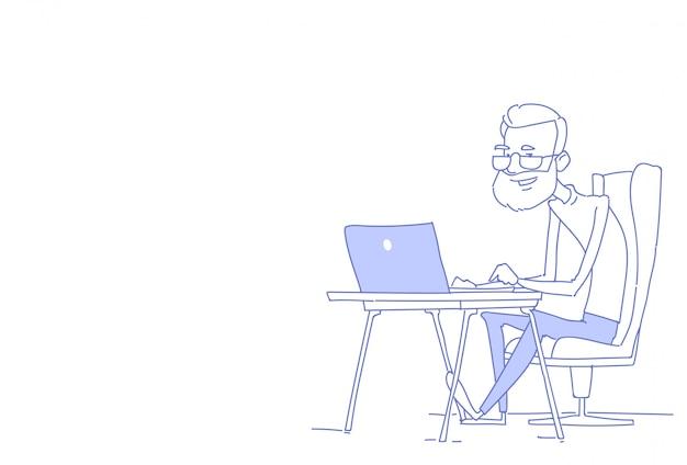Uomo barbuto senior che usando orizzontale di scarabocchio di schizzo di processo di lavoro del posto di lavoro dell'ufficio dell'uomo d'affari seduto del computer portatile Vettore Premium