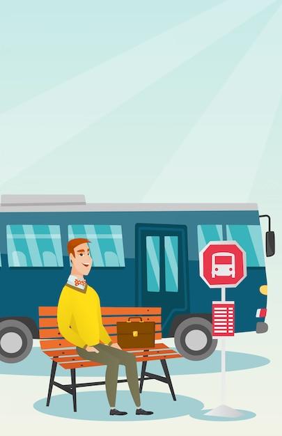Uomo caucasico che aspetta un bus alla fermata dell'autobus. Vettore Premium