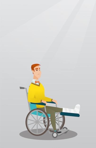Uomo con la gamba rotta che si siede in una sedia a rotelle
