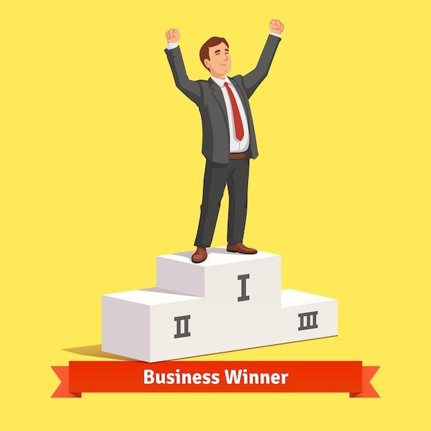Uomo d'affari che celebra la sua vittoria nel primo posto Vettore gratuito