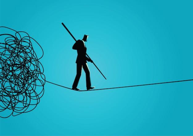 Uomo d'affari che si allontana con attenzione dalla corda aggrovigliata Vettore Premium