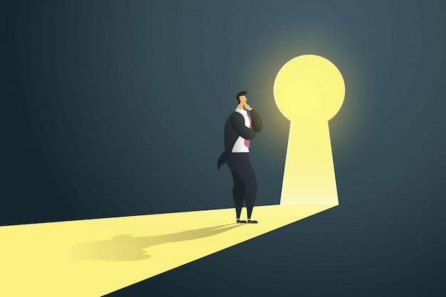 Uomo d'affari che sta pensante vicino alla porta del buco della serratura nella parete del foro alle cadute leggere. Vettore Premium