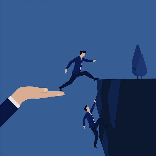 Uomo d'affari fare un salto per raggiungere la metafora della collina di rischio e strategia. Vettore Premium