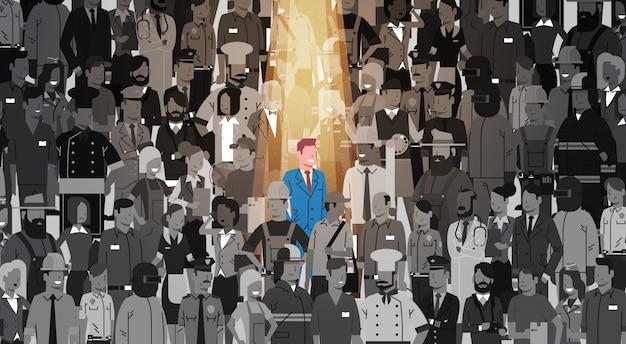 Uomo d'affari leader stand out from crowd individual, affare team concept del gruppo della gente del candidato di assunzione delle risorse umane del riflettore Vettore Premium