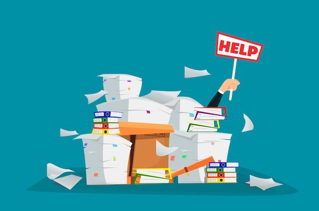 Uomo d'affari nel mucchio delle carte e dei documenti dell'ufficio con il segno di aiuto Vettore Premium