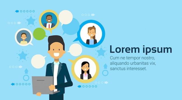 Uomo d'affari using laptop computer che comunica con il gruppo delle persone di affari, gente di affari della rete del concetto Vettore Premium