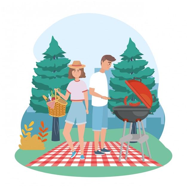 Uomo e donna con salsicce alla griglia e cesto con cibo Vettore gratuito
