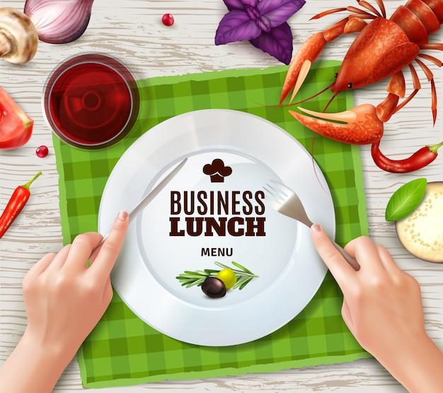 Usando le posate correttamente vista dall'alto piatto di aragosta salsiccia e mani che giudicano realistica forchetta e coltello Vettore gratuito