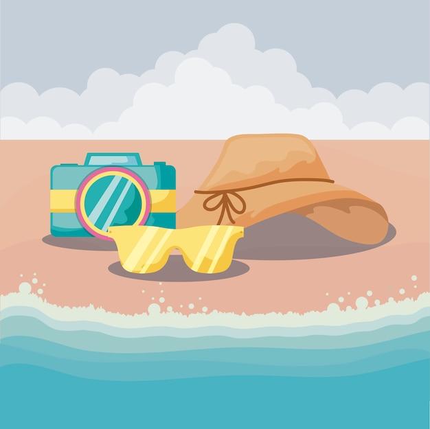 Vacanze estive con fotocamera e accessori in spiaggia Vettore Premium