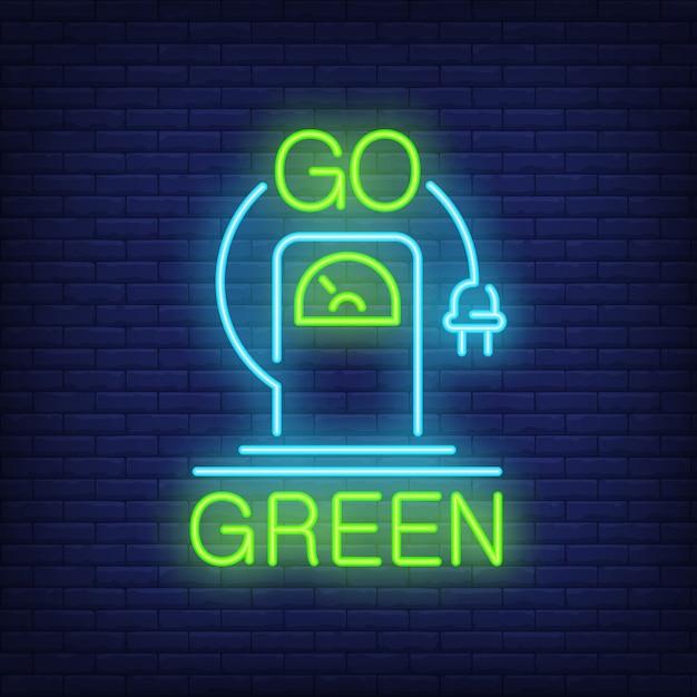 Vai insegna al neon verde. stazione di ricarica per veicoli elettrici con presa di corrente. Vettore gratuito