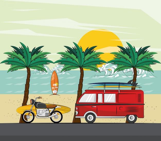 Van moto e surf in spiaggia Vettore Premium