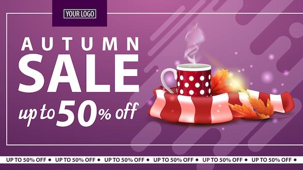 Vendita autunno, banner web orizzontale sconto per negozio online con una tazza di tè caldo Vettore Premium