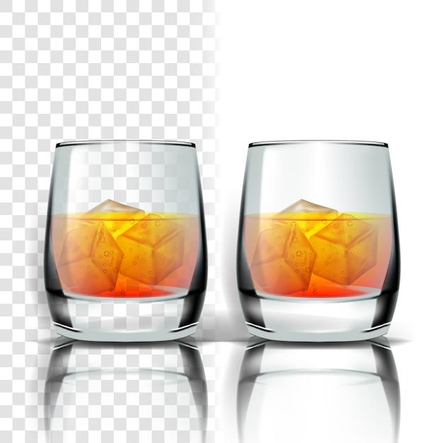 Vetro realistico con whisky e cubetti di ghiaccio Vettore Premium
