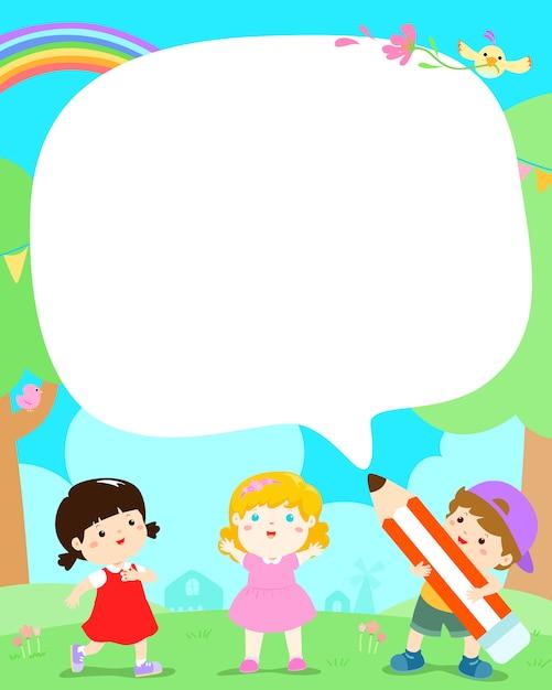Vettore sveglio del manifesto dei bambini multirazziali. bambini nell'iarda con il grande fumetto della matita. Vettore Premium