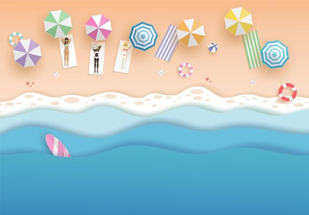 Vista dall'alto spiaggia e mare con le donne in bikini set e ombrelloni in estate. concetto di arte di carta vettoriale. Vettore Premium
