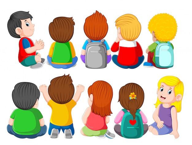 Vista posteriore di un gruppo di simpatici bambini seduti Vettore Premium