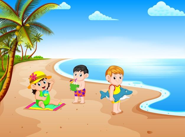 Vista sulla spiaggia con i bambini che giocano e fare alcune attività nella costa vicino all'acqua Vettore Premium