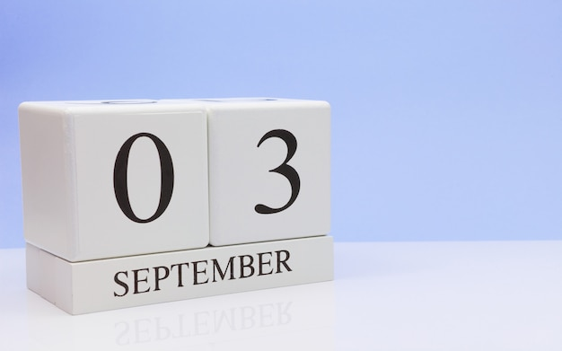 03 september. dag 3 van de maand, dagelijkse kalender op witte tafel met reflectie Premium Foto