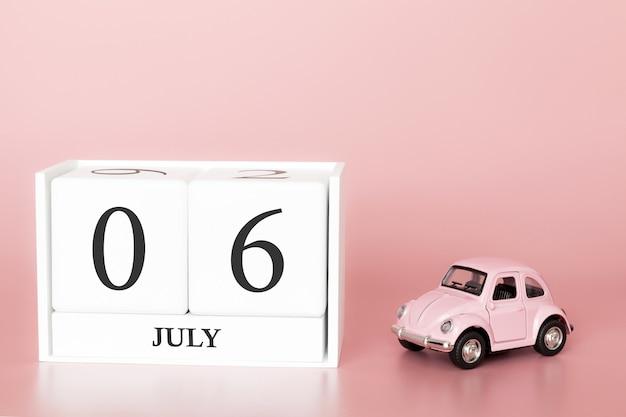 06 juli, dag 6 van de maand, kalender kubus op moderne roze achtergrond met auto Premium Foto