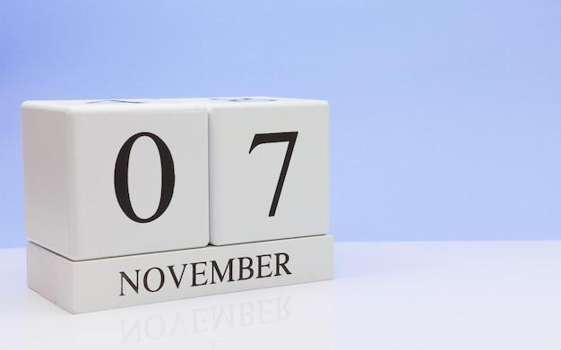 07 november. dag 7 van de maand, dagelijkse kalender op witte tafel met reflectie Premium Foto