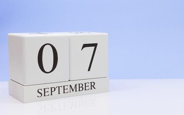 07 september. dag 7 van de maand, dagelijkse kalender op witte tafel met reflectie Premium Foto