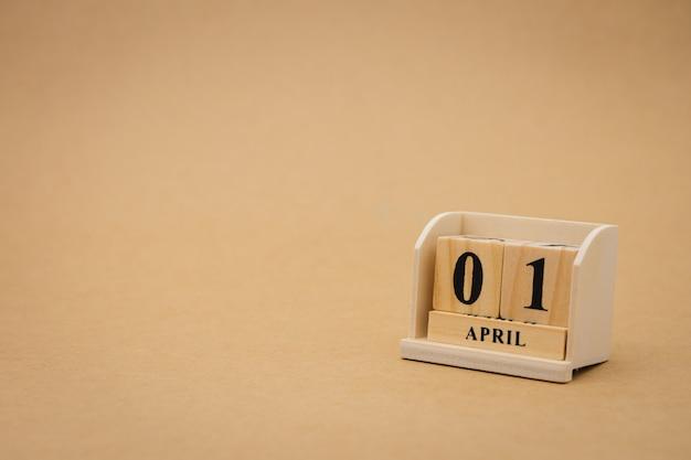 1 april houten kalender op vintage houten abstracte achtergrond. april fools 'day Premium Foto