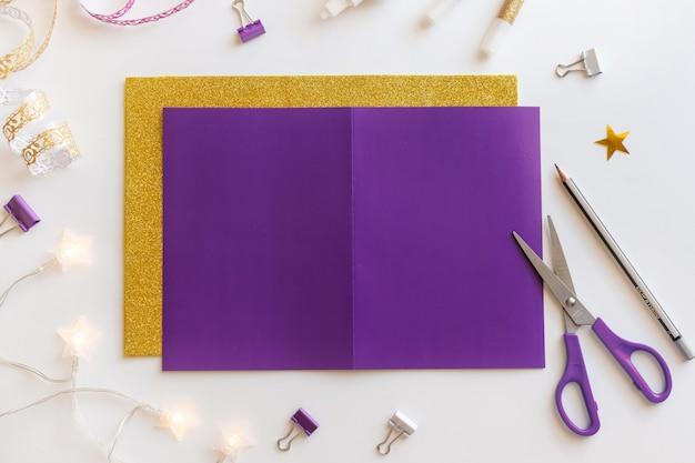1 diy ramadan kareem-kaart met gouden halve maan en een ster. Premium Foto