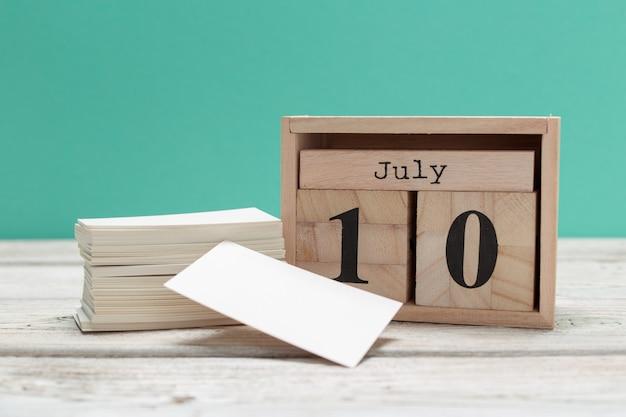 10 juli. afbeelding van 10 juli, kalender op houten. zomertijd Premium Foto