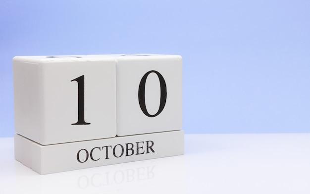 10 oktober. dag 10 van de maand, dagelijkse kalender op witte tafel Premium Foto