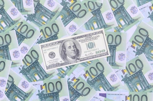100 dollar bill is leugens op een set van groene monetaire coupures van 100 euro. Premium Foto