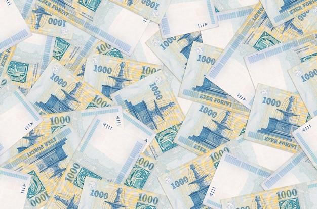1000 hongaarse forintbiljetten liggen op een grote stapel Premium Foto