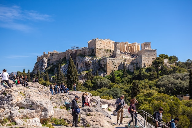 11.03.2018 athene, griekenland - toeristen naar de akropolis in athene. Premium Foto