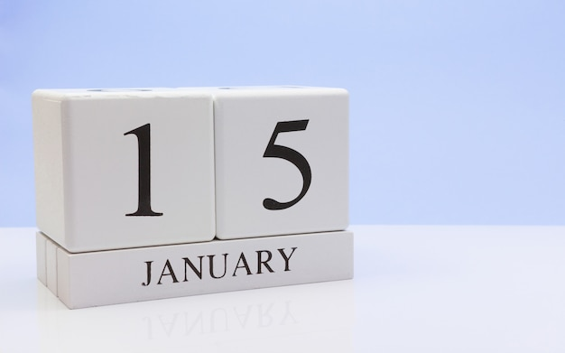 15 januari. dag 15 van de maand, dagelijkse kalender op witte tafel met reflectie Premium Foto