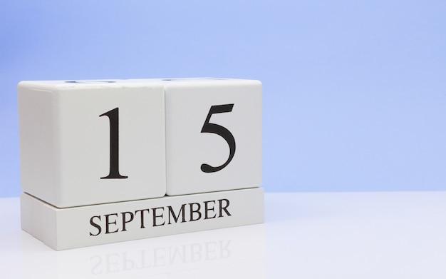 15 september. dag 15 van de maand, dagelijkse kalender op witte tafel met reflectie Premium Foto