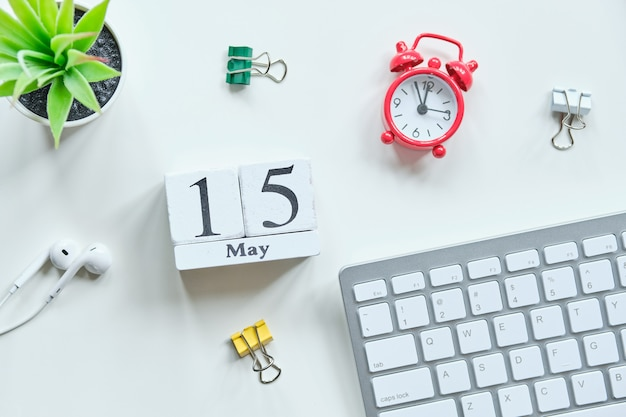 15 vijftiende dag mei maand kalender concept op houten blokken. Premium Foto