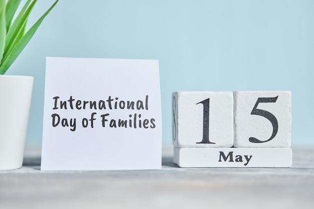 15 vijftiende internationale dag van het gezin mei maand kalender concept op houten blokken. Premium Foto