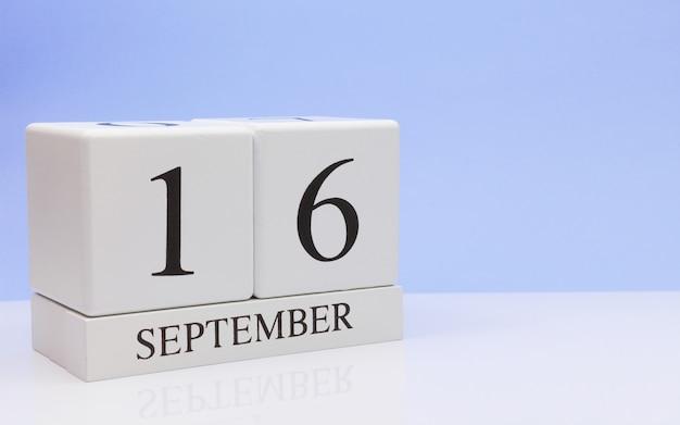 16 september. dag 16 van de maand, dagelijkse kalender op witte tafel met reflectie Premium Foto