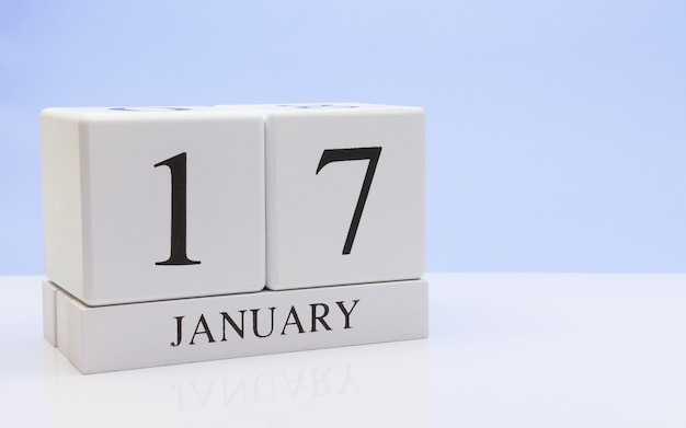 17 januari. dag 17 van de maand, dagelijkse kalender op witte tafel met reflectie Premium Foto