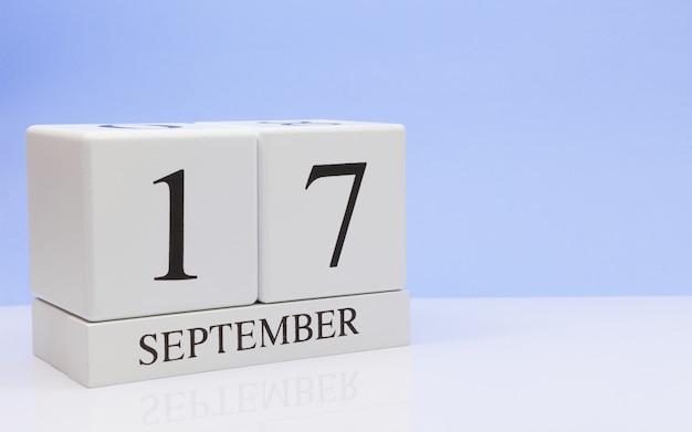 17 september. dag 17 van de maand, dagelijkse kalender op witte tafel met reflectie Premium Foto