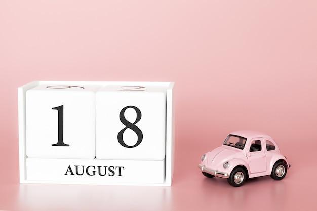 18 augustus, dag 18 van de maand, kalender kubus op moderne roze achtergrond met auto Premium Foto