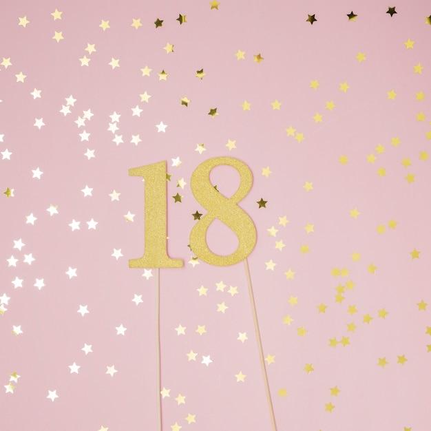 18e verjaardag met roze achtergrond Gratis Foto