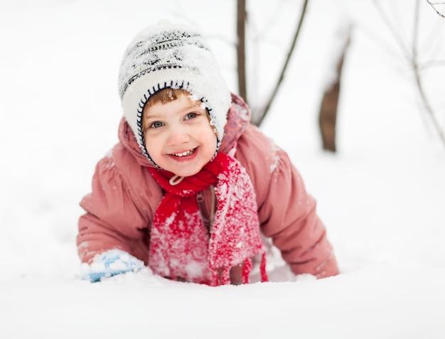 Jaar baby meisje in winter park foto gratis download